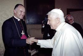 Bernard Fellay serre la main de l'abbé apostat Ratzinger le 29 août 2005 à Castel Gandolfo